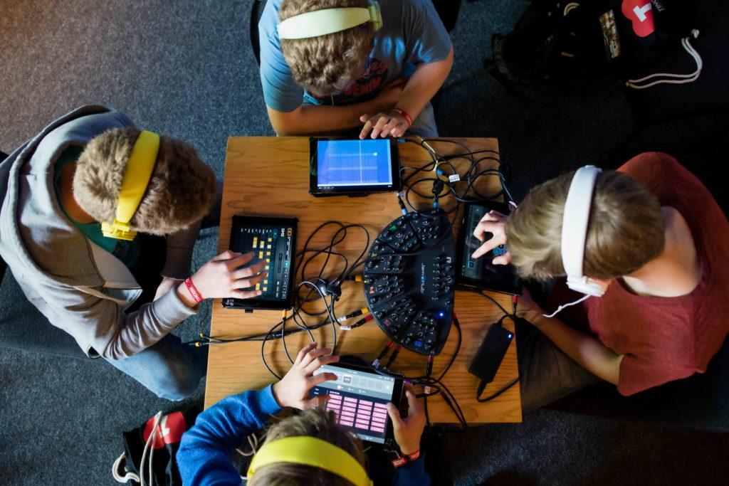 Jugendliche machen am 28.05.2016 auf der TINCON im Haus der Berliner Festspiele in Berlin gemeinsam Musik auf iPads. Foto: TINCON/Gregor Fischer