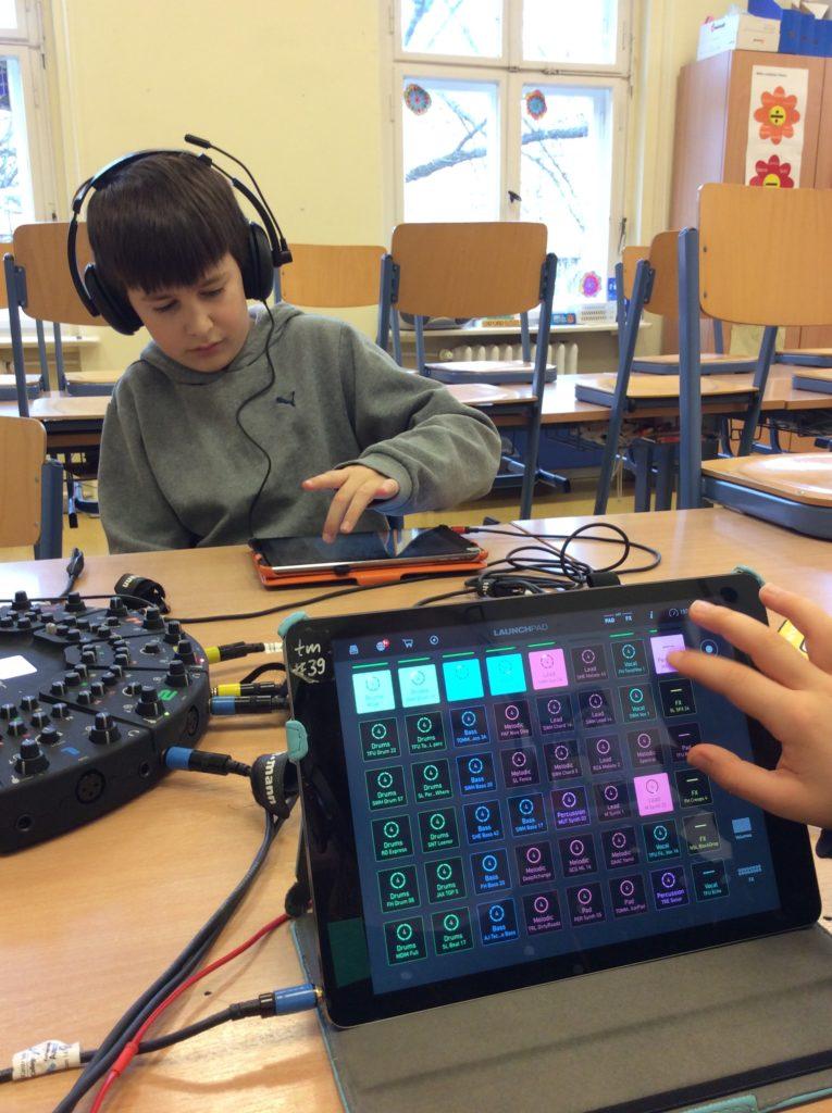 BandGirl hört sich die Presets in LaunchPad an, im Hintergrund musiziert DJ Foxy